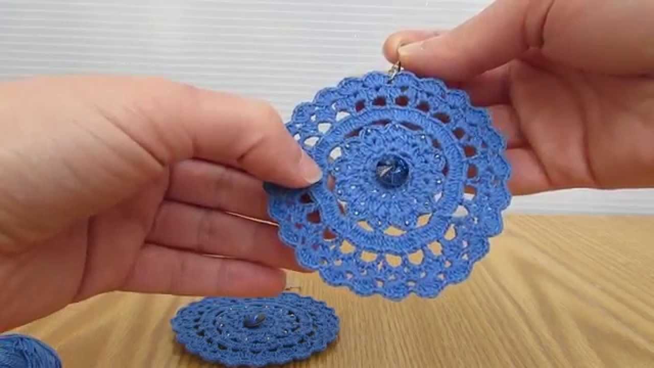 Orecchini pendenti realizzati a uncinetto, a mano, e impreziositi.