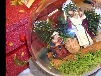 Tra stelle di Natale in perline e statuine Presepe in sfere trasparenti