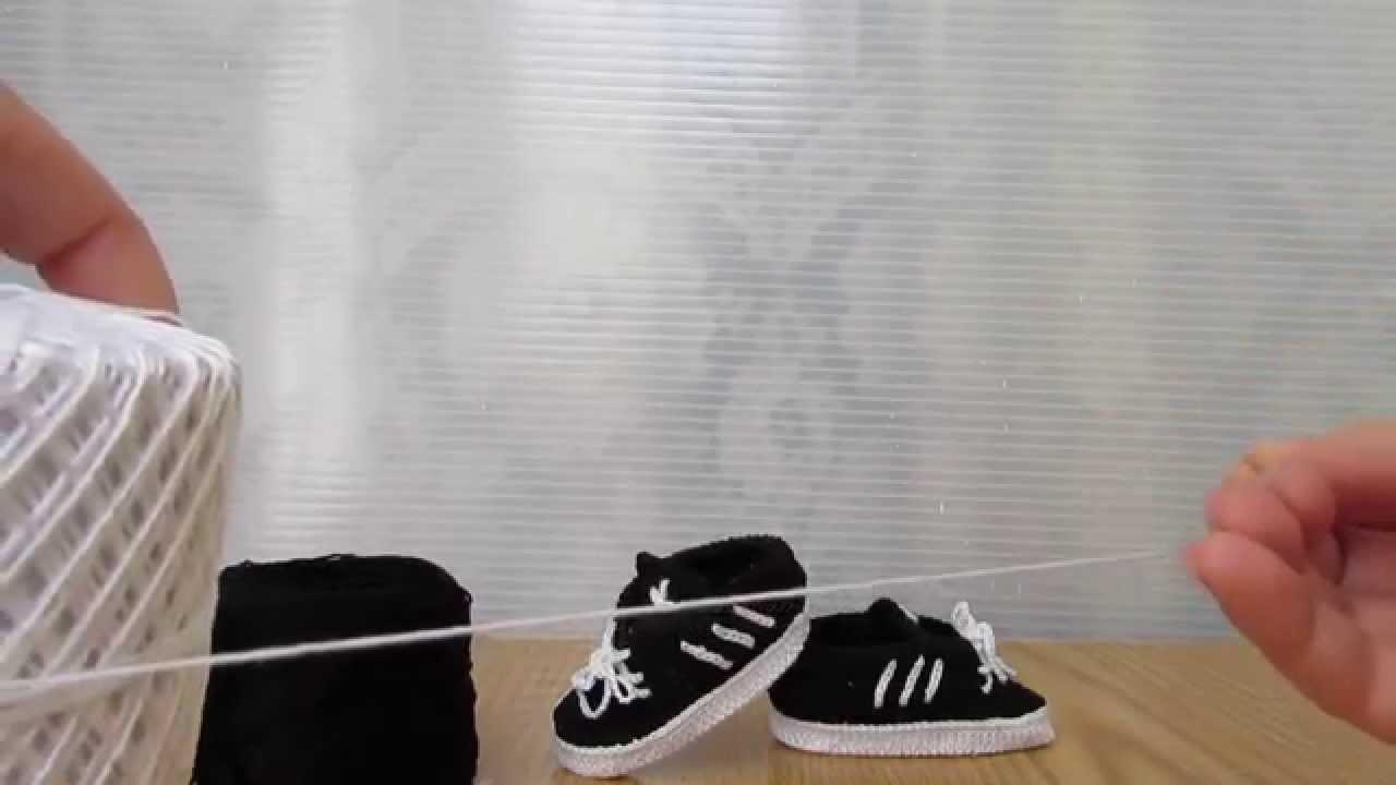Scarpette stile Adidas nere e bianche realizzate a uncinetto, a mano!!