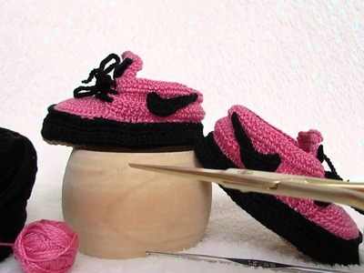 Scarpette stile Nike rosa e nere, realizzate a uncinetto, con ottimi materiali e realizzate a mano.