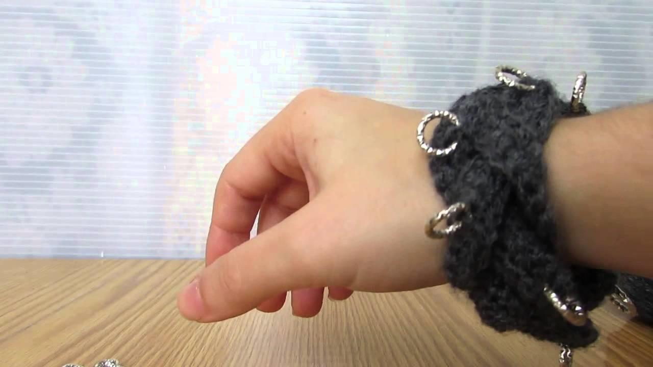 Bracciale a treccia con applicazioni fashion realizzato a uncinetto con filati in lana.