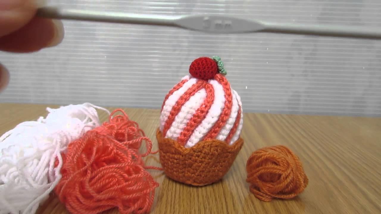 Cupcake realizzato a mano a uncinetto con filati in lana, ideale come idea regalo.