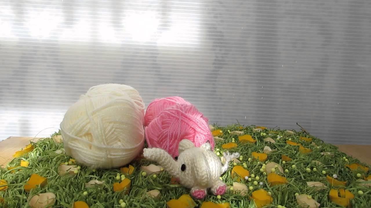 Elefantino ciondolo realizzato con tecnica amigurumi e filati in lana.