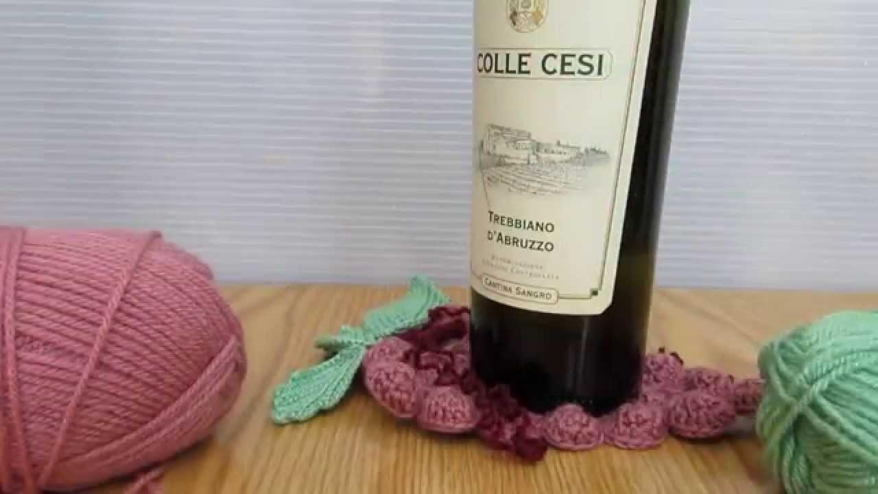 Sotto bottiglia per vino a forma d'uva realizzato a mano e a uncinetto. Coccinelle creative. HD.