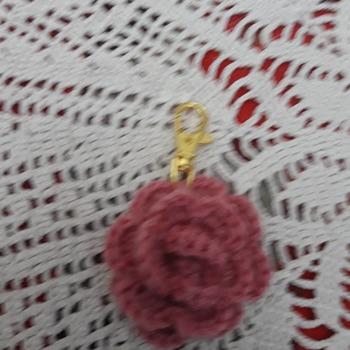 Portachiavi all'uncinetto a forma di rosa  e fiori