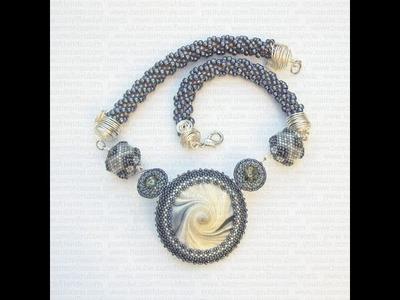 Collana con perline con swirl centrale in Fimo, beaded beads e spirale crochet | Nuove Creazioni