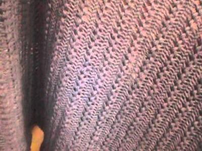 Scialle in lana Merinos colore carta da zucchero fatto a mano con la forcella.