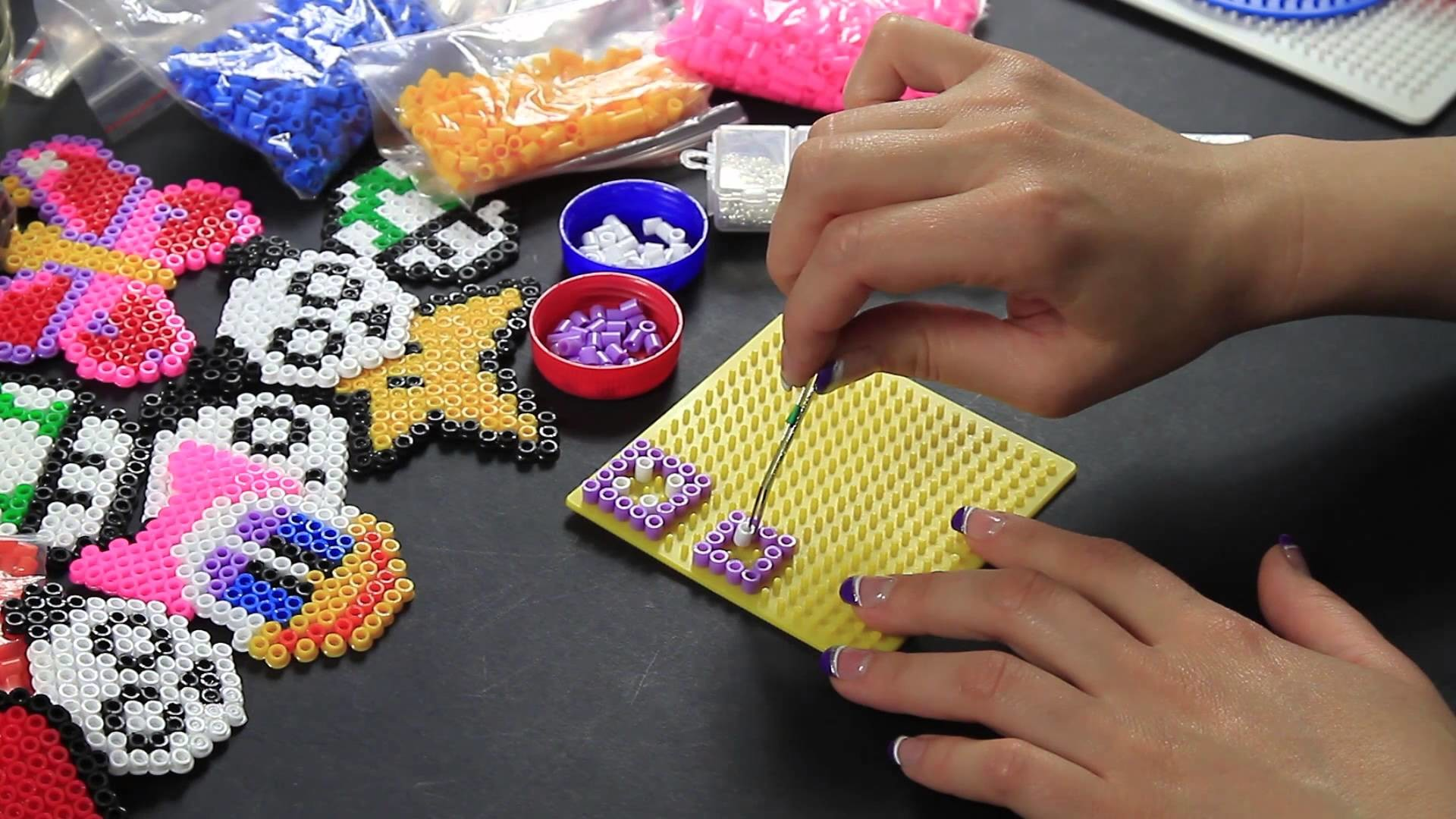 Video Tutorial Hama Beads Orecchino Pyssla fucsia, bianco FULL HD ITA