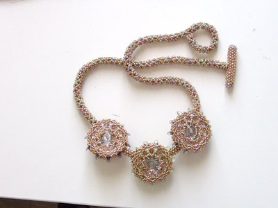 Sarubbest: Collana con perline: collana con cristalli, daghe, perline e tubulare Chenille