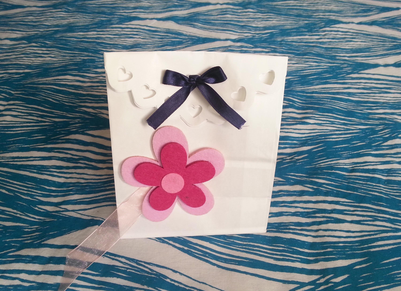 Tutorial riciclare i sacchetti di carta come pacchetti regalo for Sacchetti di carta fai da te