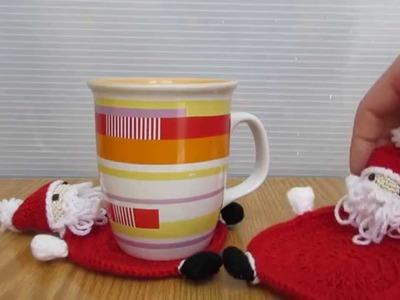 Babbo Natale realizzato a uncinetto e amigurumi, sotto tazza babbo Natale.