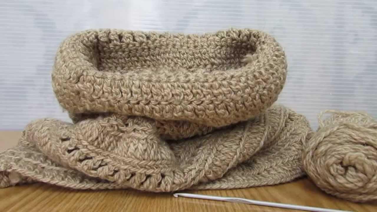 Scalda collo beige, realizzato a uncinetto con filati in lana.