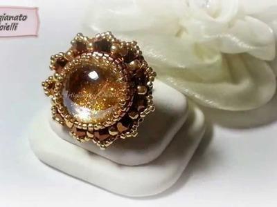 Scintillanti orecchini, anelli e collane con gemme di vetro