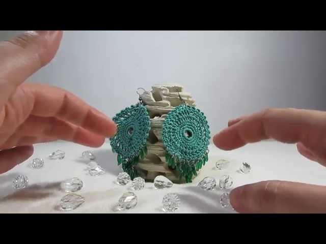 Orecchini eleganti pendenti realizzati a uncinetto con perline a punta.