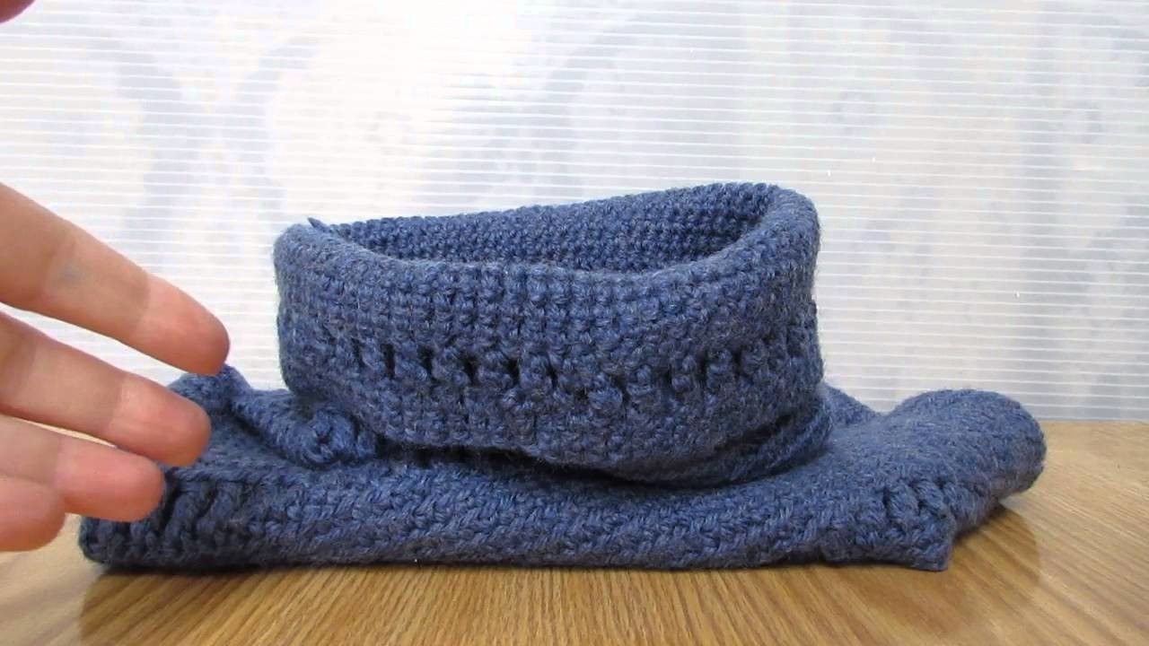 Scaldacollo blu realizzato a uncinetto.