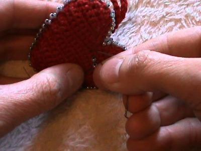 Cuore portachiavi all'uncinetto con bordino di perline terza parte