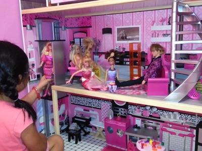 Yali mostrando su casa de barbie