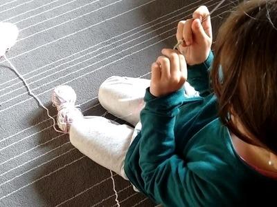 Filha aprendendo crochet. Figlia imparando uncinetto