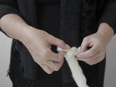 Come realizzare una lavorazione a catenella con le dita - Giant Knitting passo 1