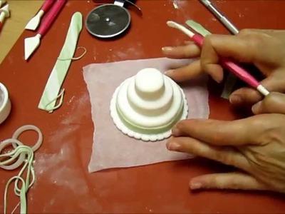 Realizzare una mini wedding cake con la pasta di zucchero