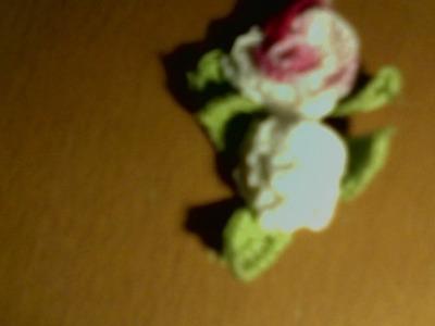 Come si realizza questa rosellina piccola con le foglie all'uncinetto